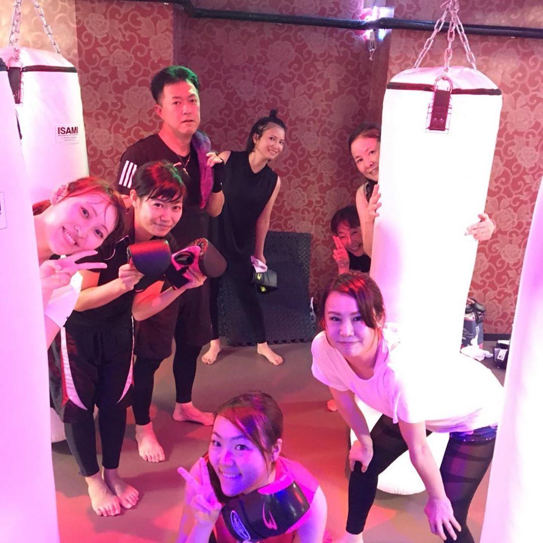 本日もたくさんのご参加、誠にありがとうございます . 本日のスケジュールは以下の通りです🥊 . 《MOON》 12:15~  AI 19:00~  ALICO  初心者向けクラス 20:15~  ANNA . @公式ホームページ http://f-factorycorp.jp .